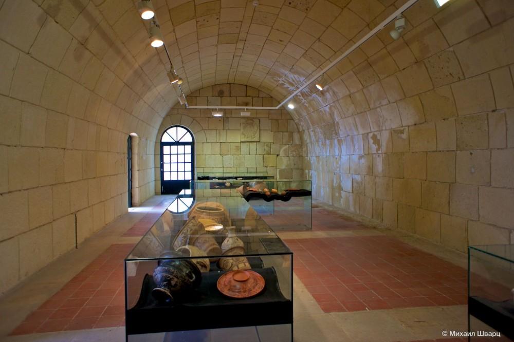 Зал с античной керамикой