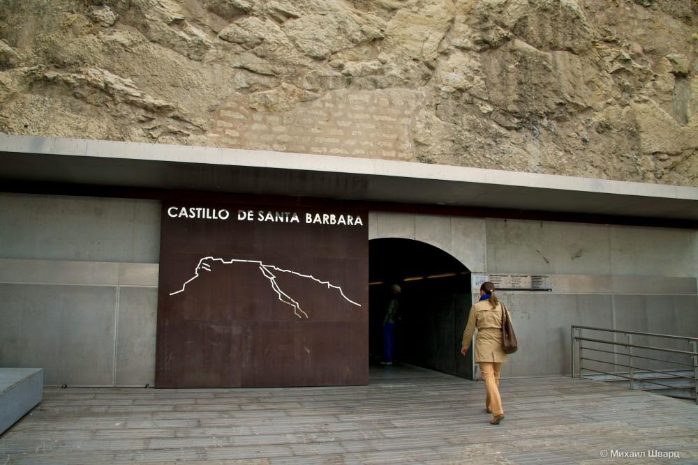 Проход к лифту расположен напротив пляжа Postiguet