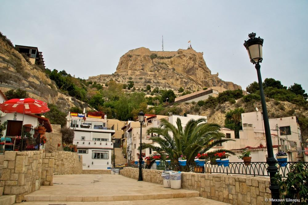 Вид на крепость из квартала Санта Круз