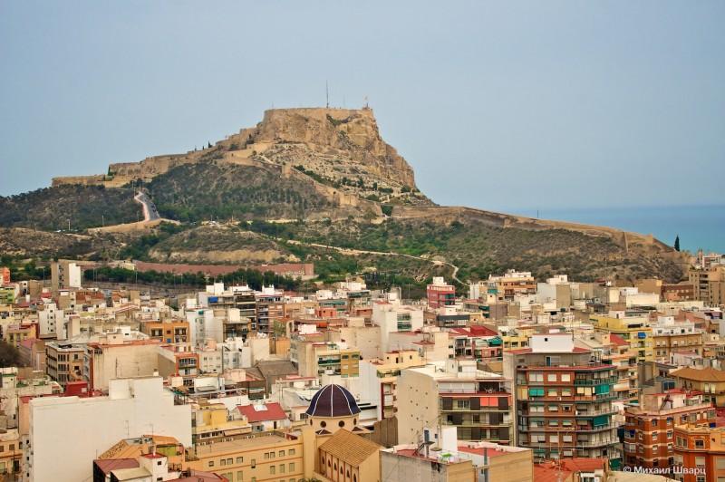 Вид на крепость Санта-Барбара с замка Сан-Фернандо