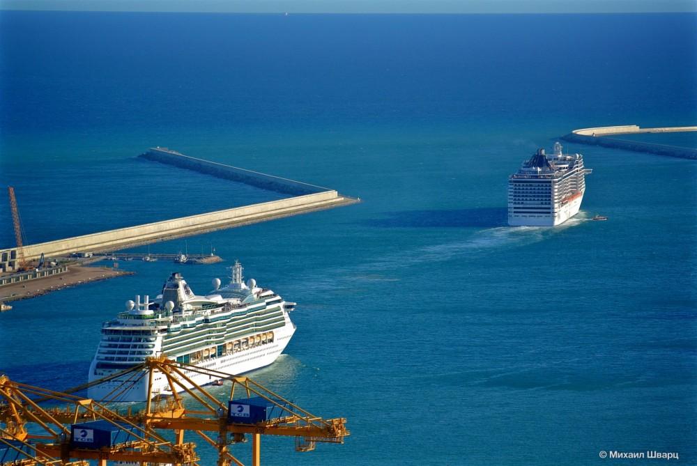 Круизные лайнеры уходящие в море