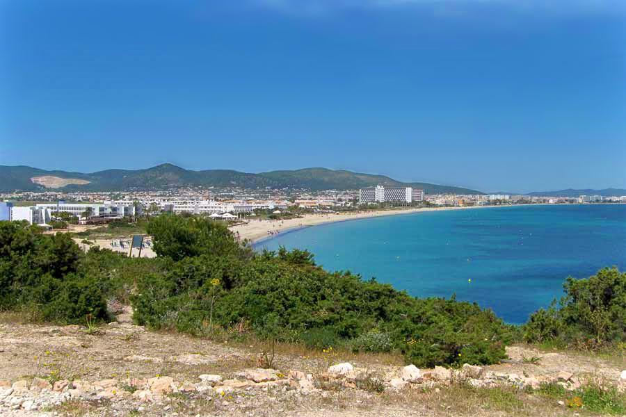 Смотровая на пляж Плая Босса (фото: Apartments in Ibiza)