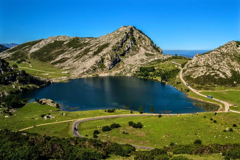 Озеро Enol в Астурии (фото: Breogán)