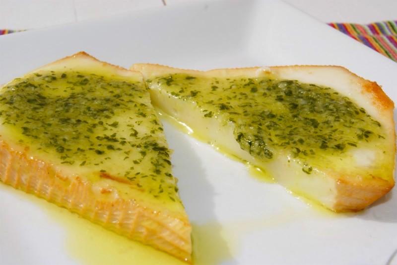 Жареный сыр с зеленым соусам
