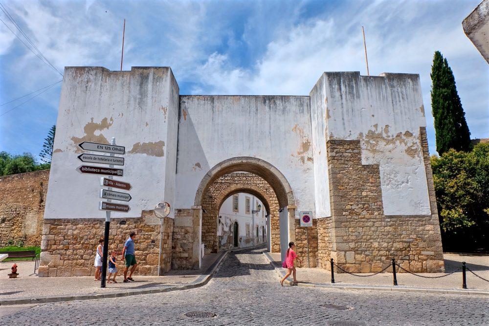 Ворота Repouso и крепостная стена (фото: cinxxx)