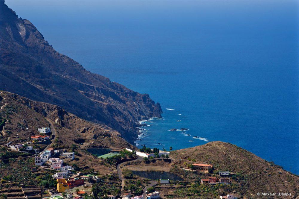 Скалистый берег и необыкновенно синий океан