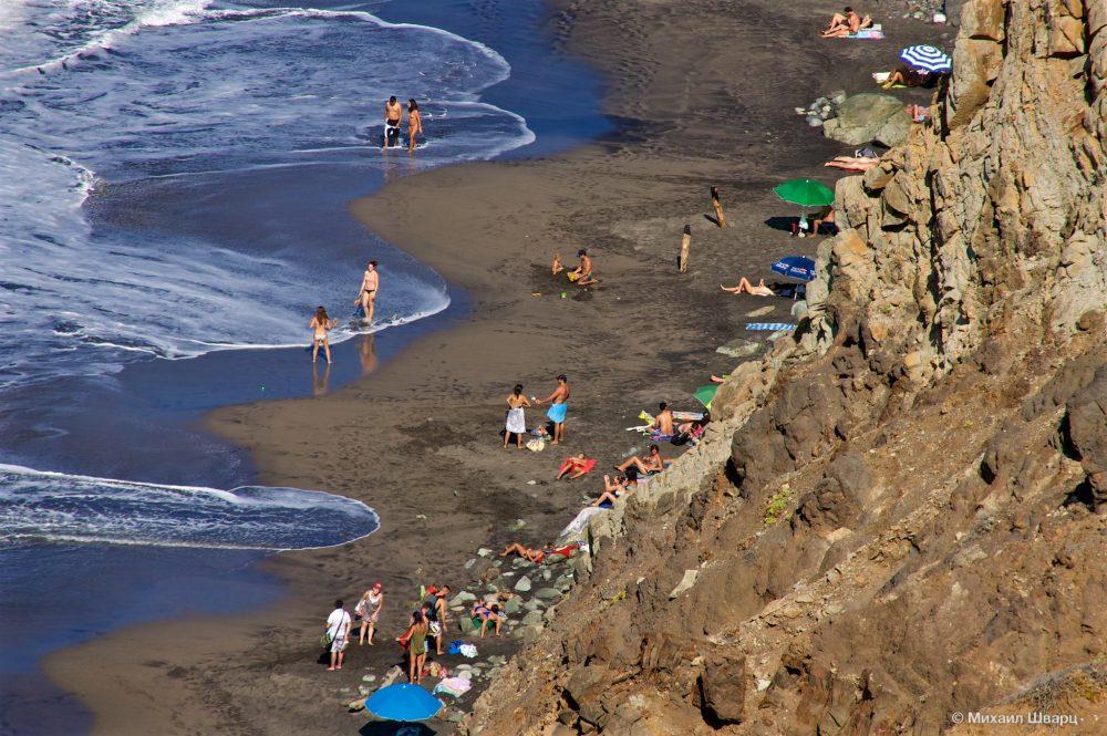 Отдыхающие на пляже Бенихо