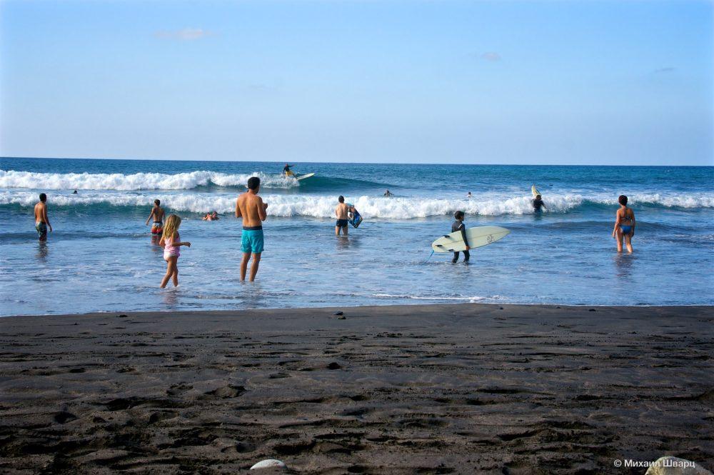 Серферы на пляже Almáciga
