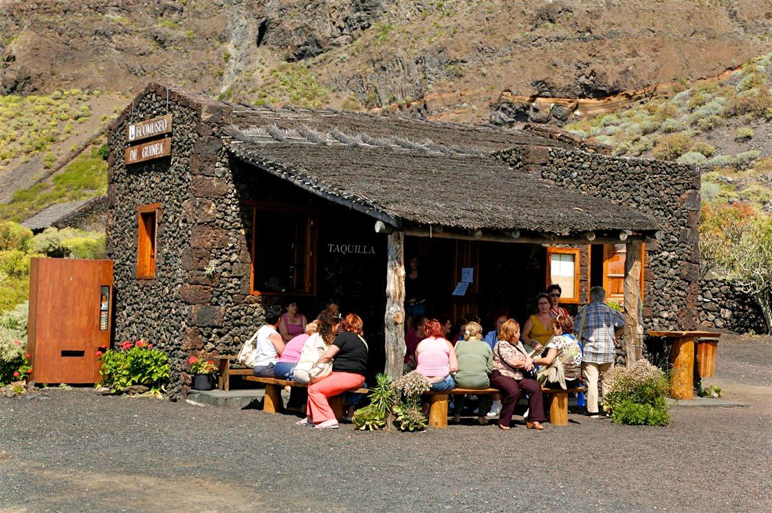 Туристы в ожидании экскурсии (фото: ElHierroTurismo)