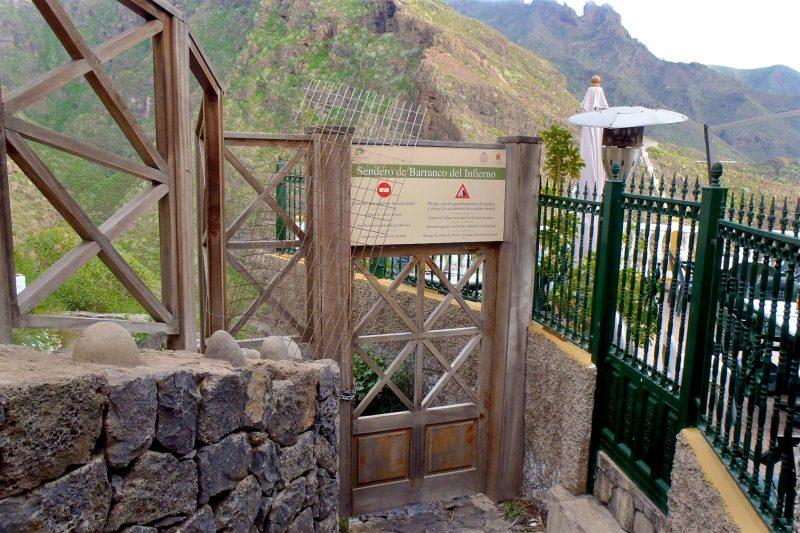 Ворота перед началом тропы