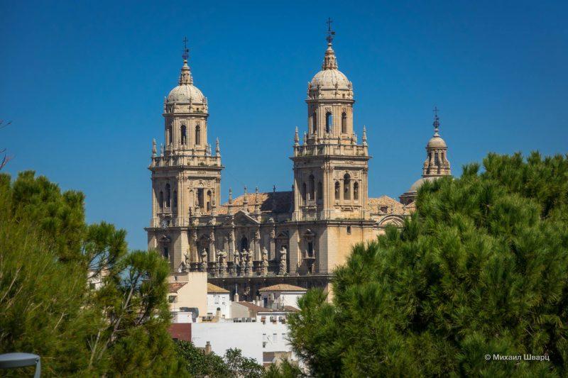 Башни выполнены в стиле Ренессанс
