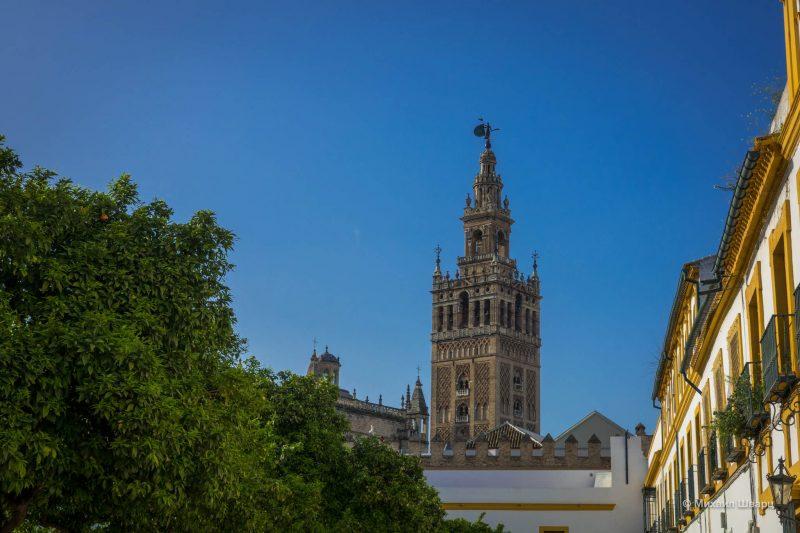 По стенам колокольни идет изящный восточный орнамент