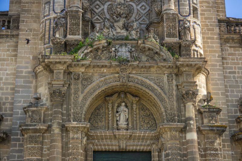 Скульптурное оформление главного портала