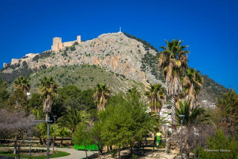Замок Santa Catalina видно почти со всех мест в городе