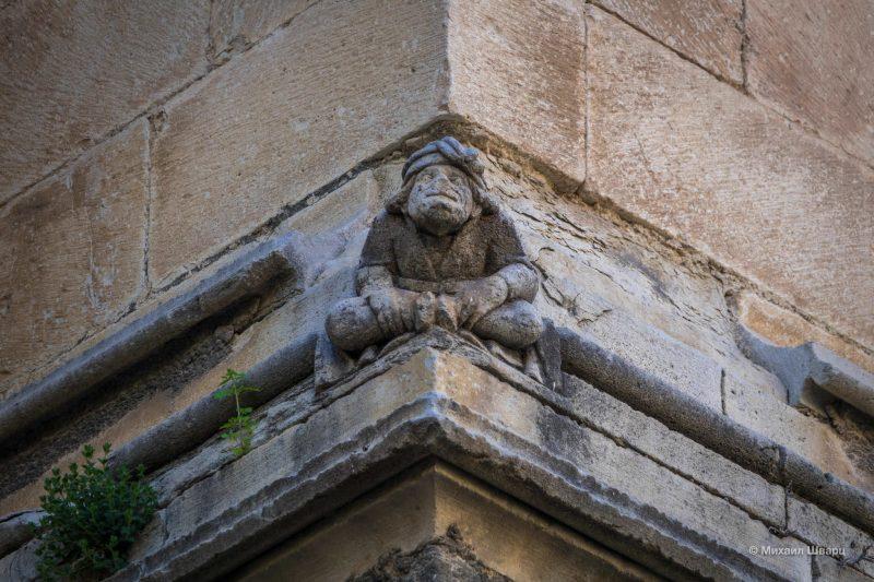 Готический фриз и фигурка человечка в тюрбане по прозвищу «Кривляка»