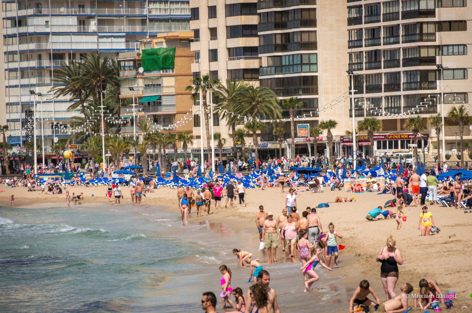 Народу на пляже дофига