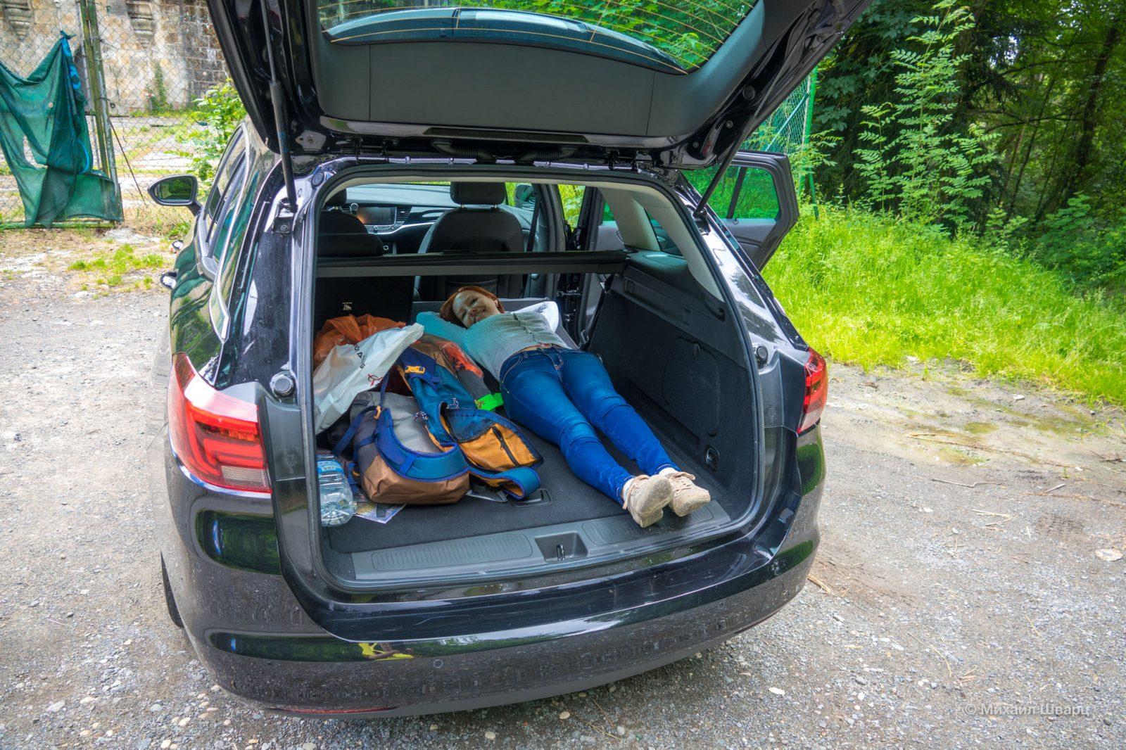 Лена влезает в багажник