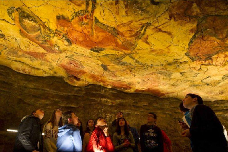 Росписи на стенах пещеры