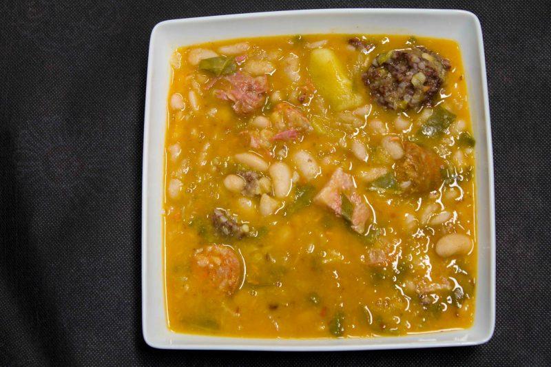 Традиционное мясное блюдо Cocido montañés