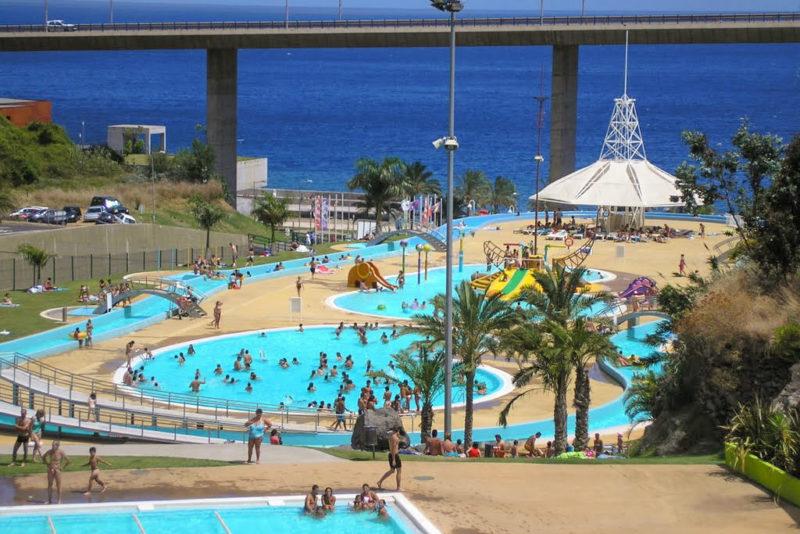 Зона с бассейнами для взрослых и детей