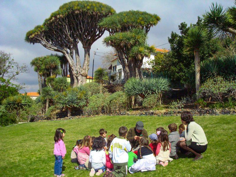 В центре проводя экскурсии по саду коренных и эндемичных растений