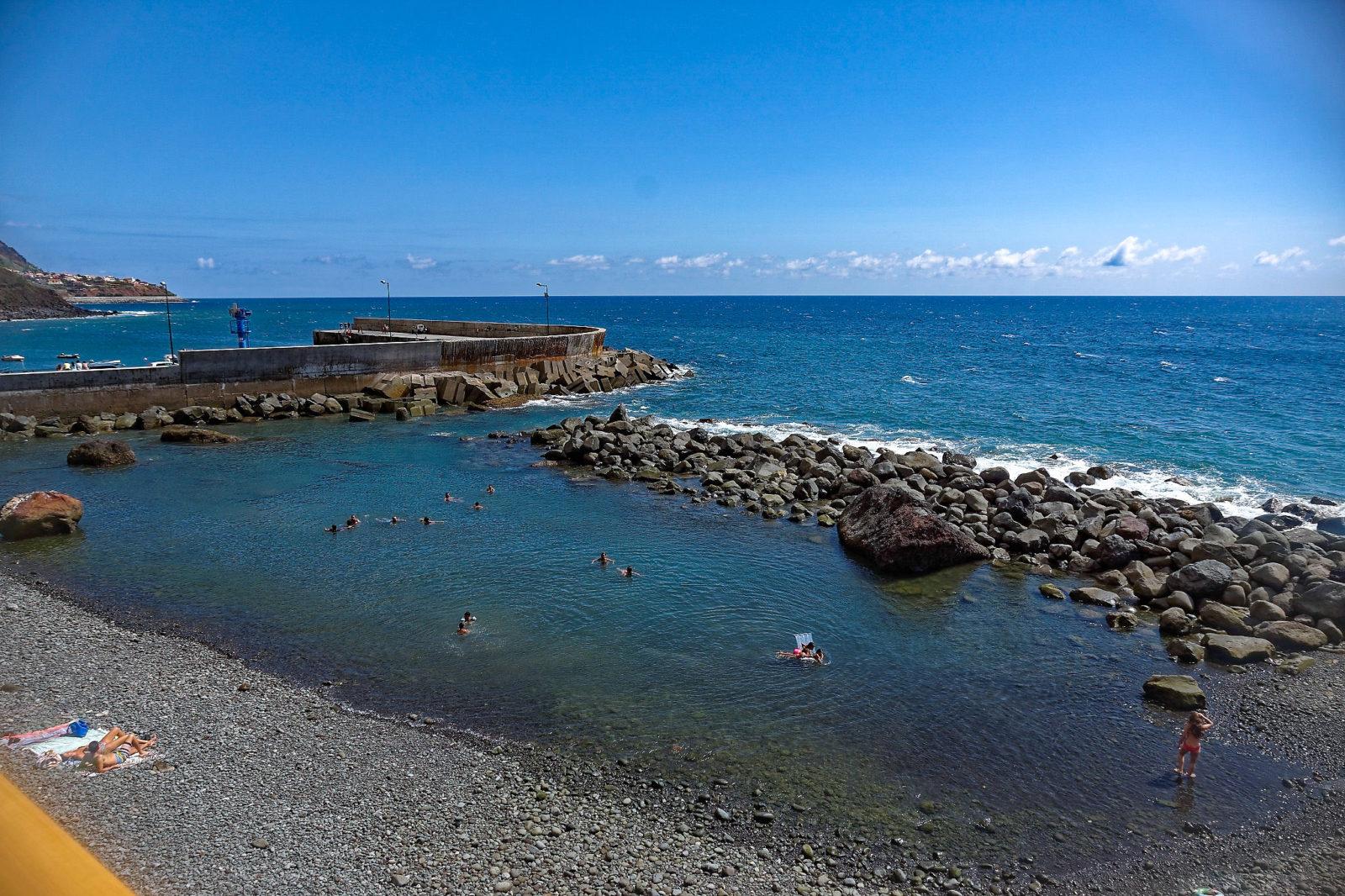 Небольшой участок пляжа скрыт за волнорезом (фото: Roland Aeberhard)