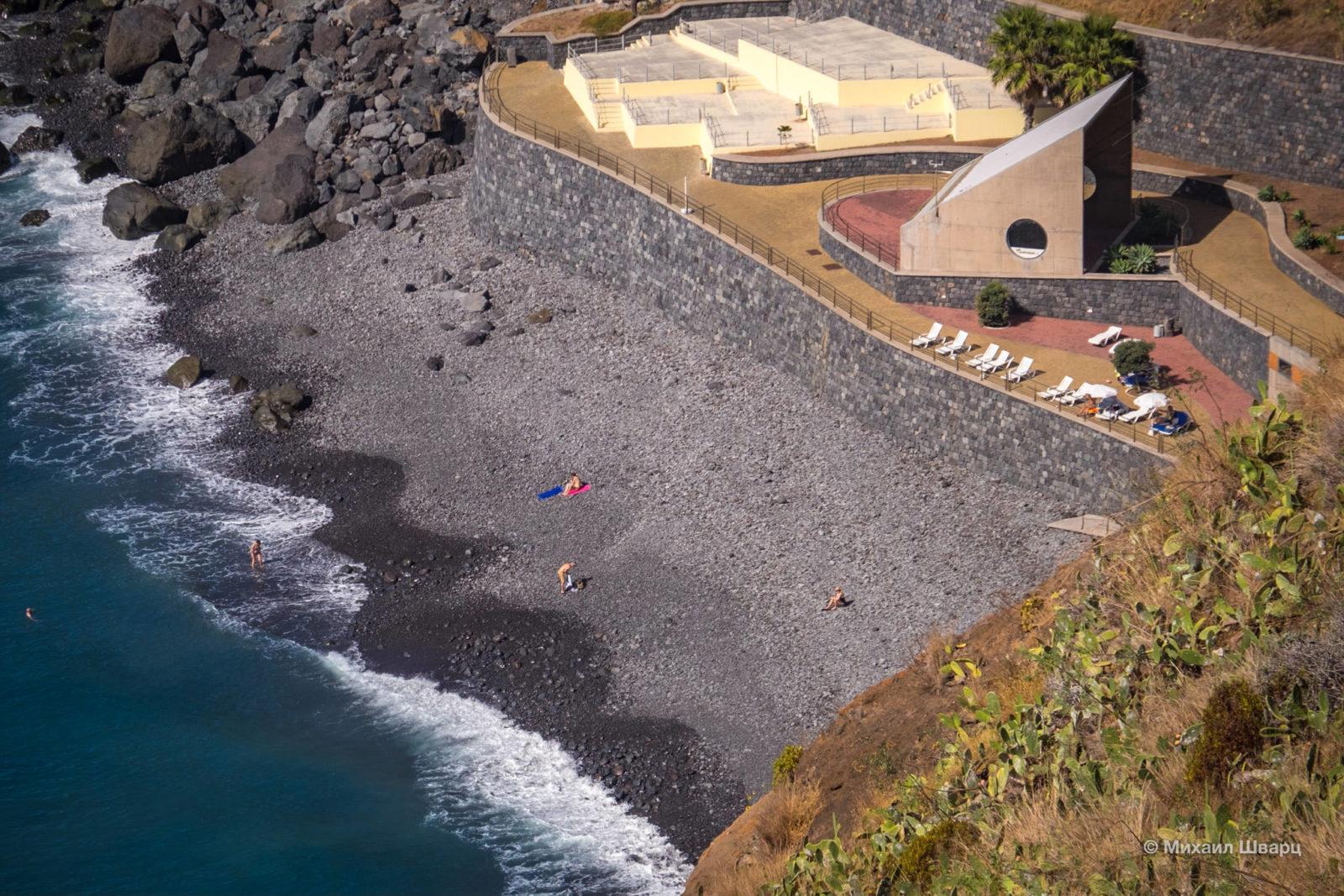 Крупногалечный пляж