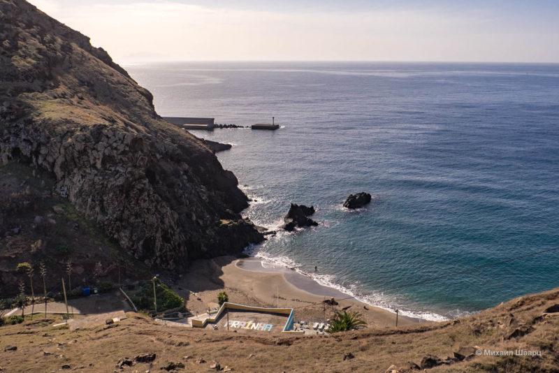За скалой виднеется порт поселка Quinta do Lorde