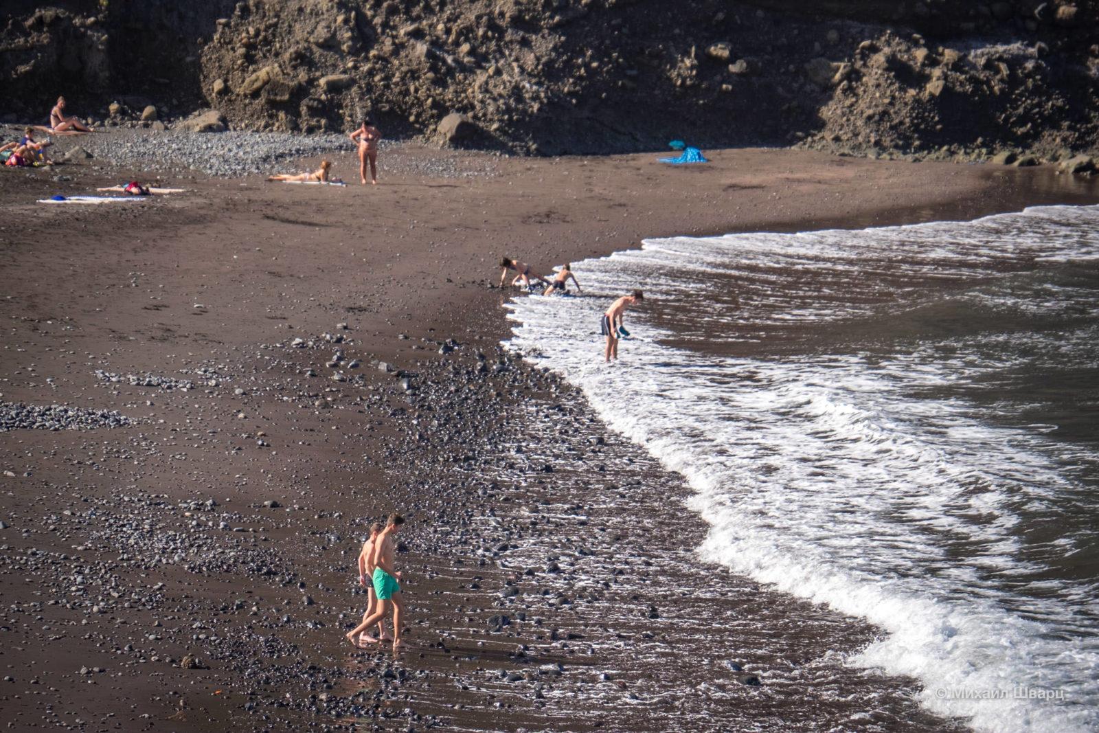 Песочек, местами с булыжниками