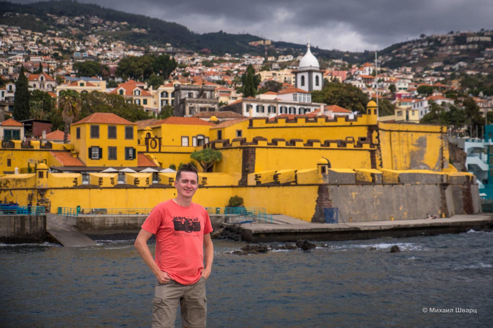 На фоне крепости Крепость Сан-Тияго