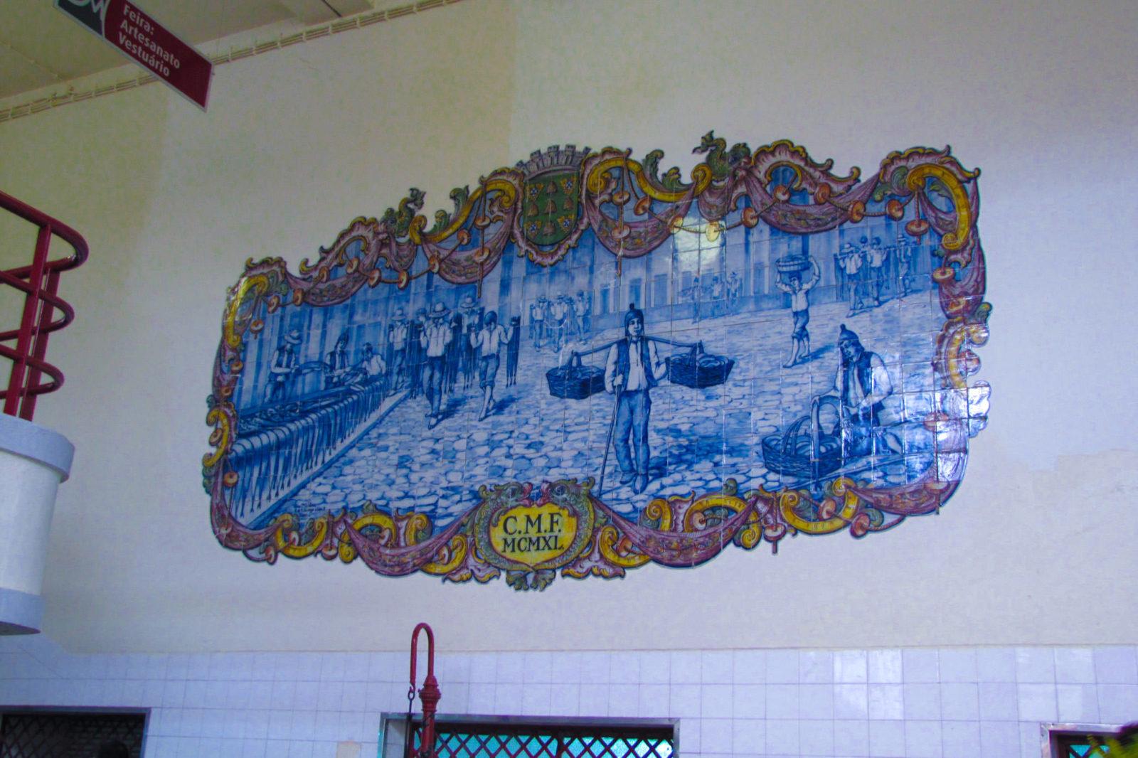 Азулежу на стенах рынка (фото: escandio)