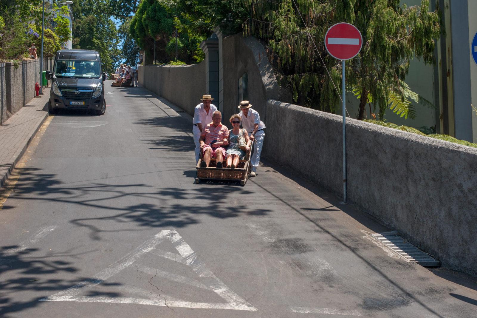 Деревянные сани, мчащиеся по общественной улице (фото: Michael Hanisch)