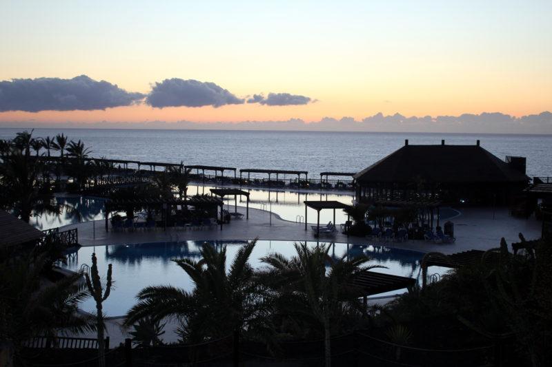 Территория отеля, вид на бассейны и океан