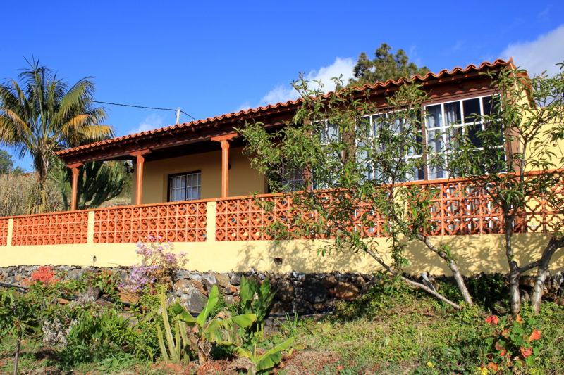 Вид на дом со стороны сада