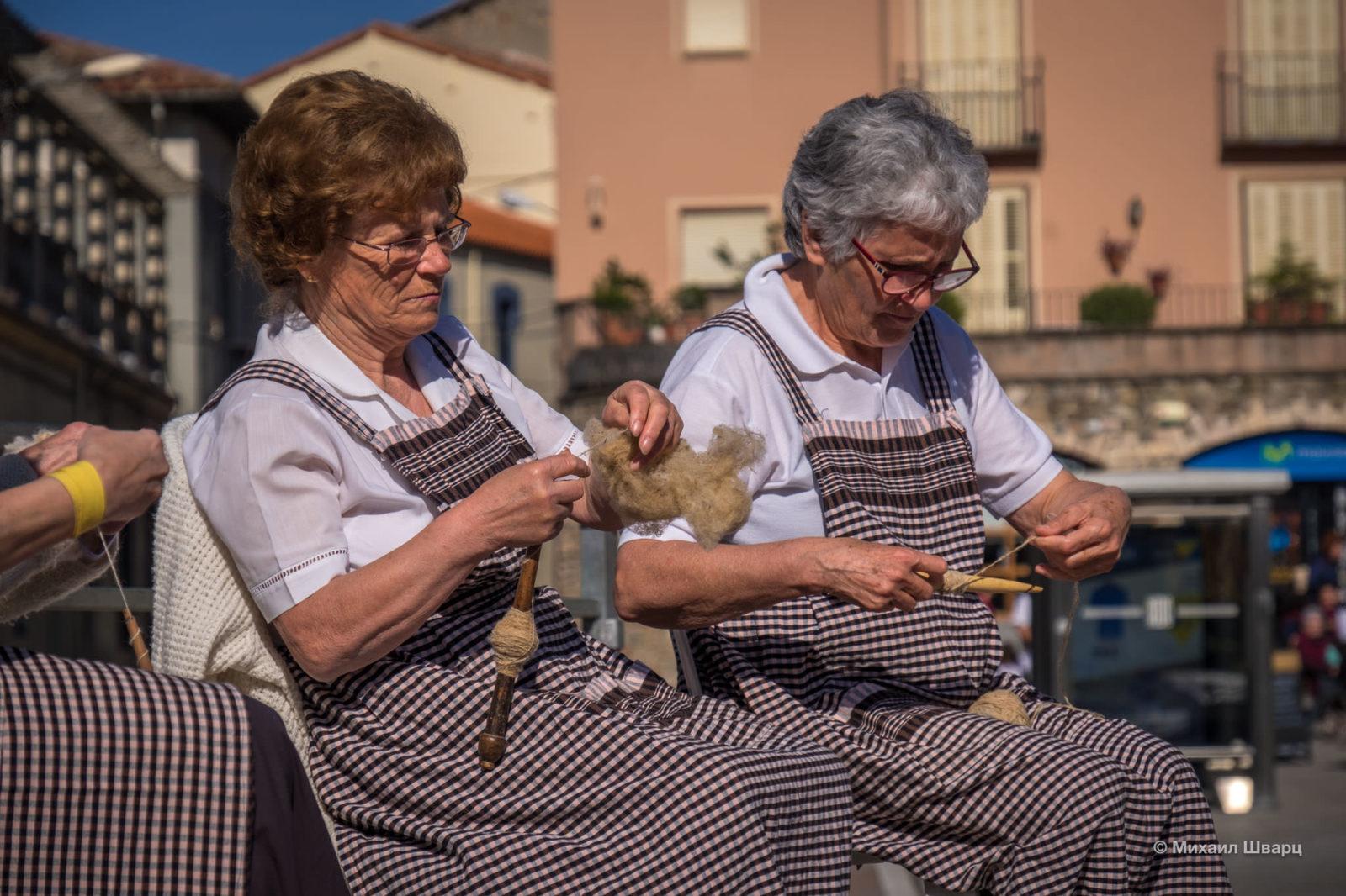 Бабушки прядут