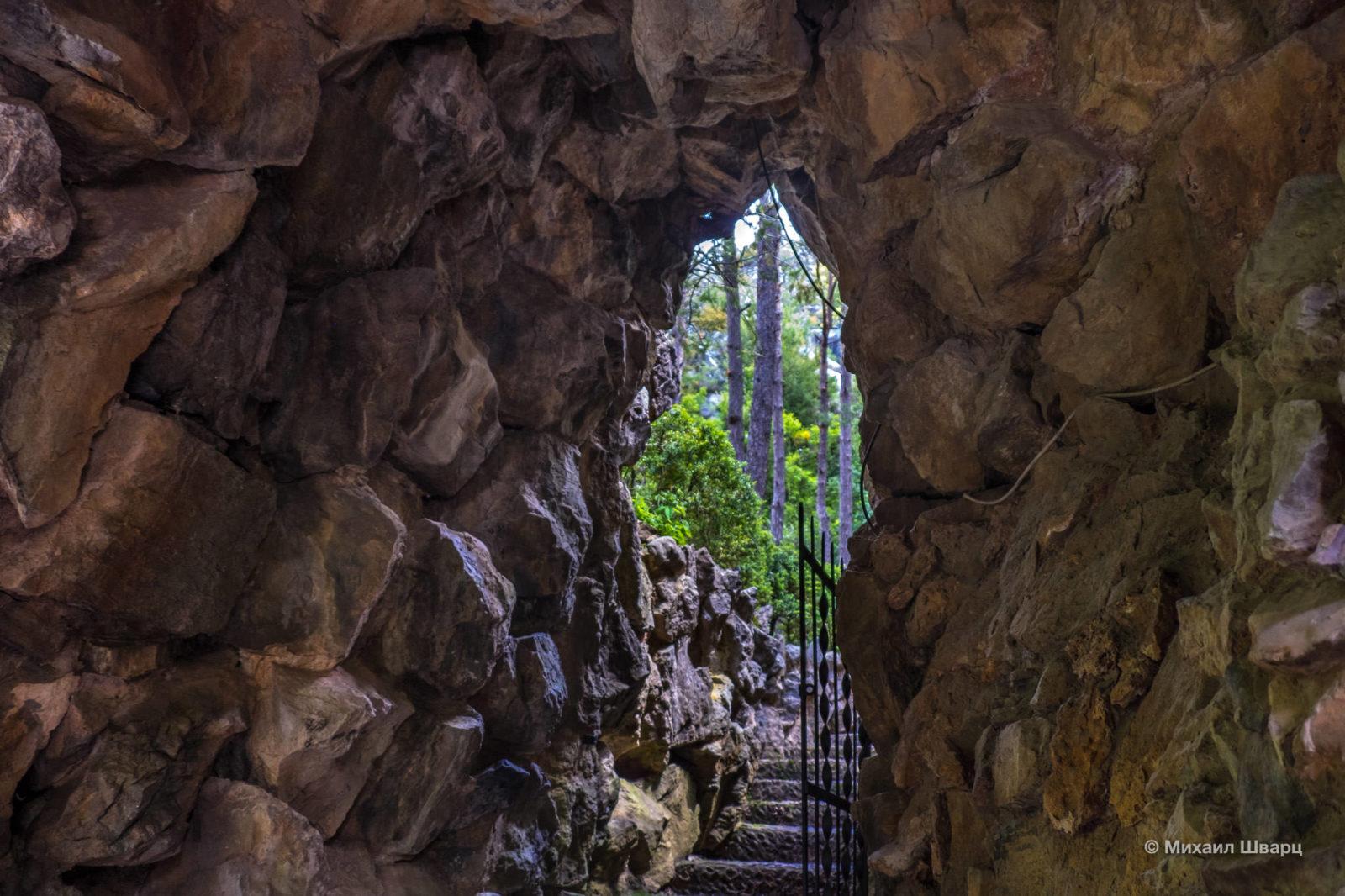 Пещера защищающая источник с лечебной водой