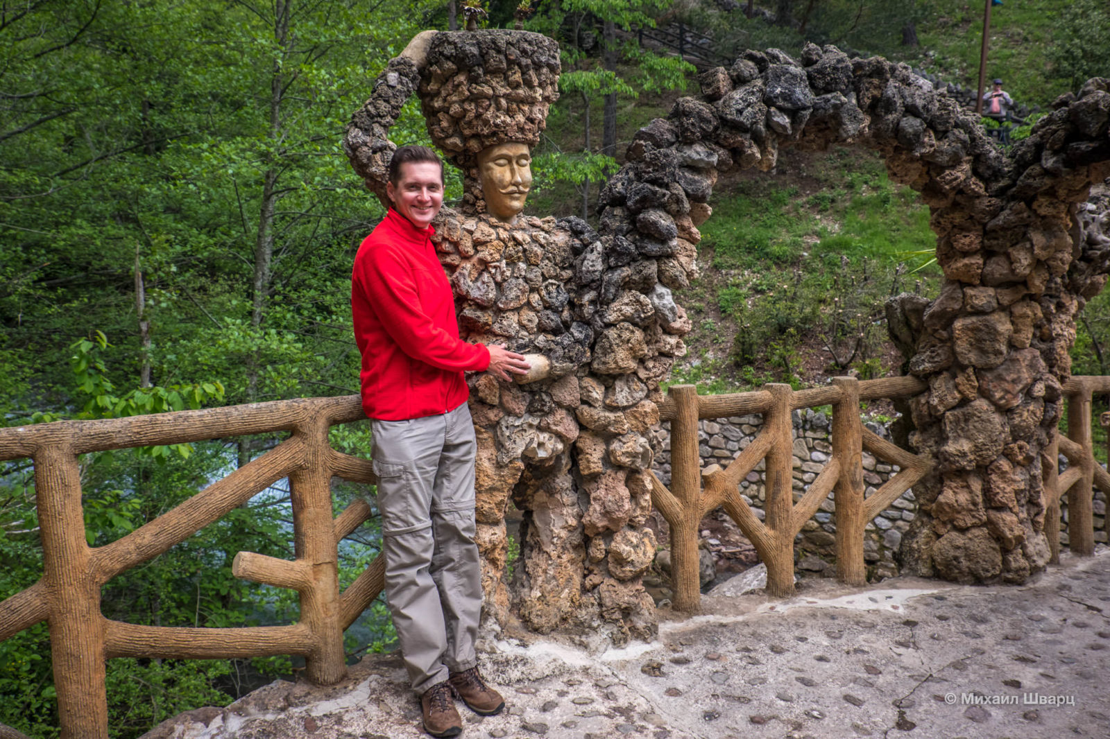У арочного моста 2 статуи: мужчина и