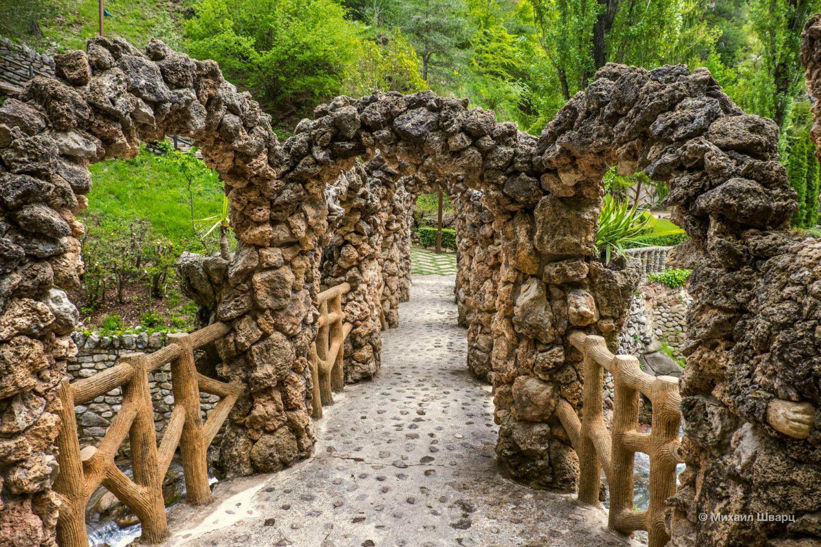 На другой стороне моста – лесистая часть сада
