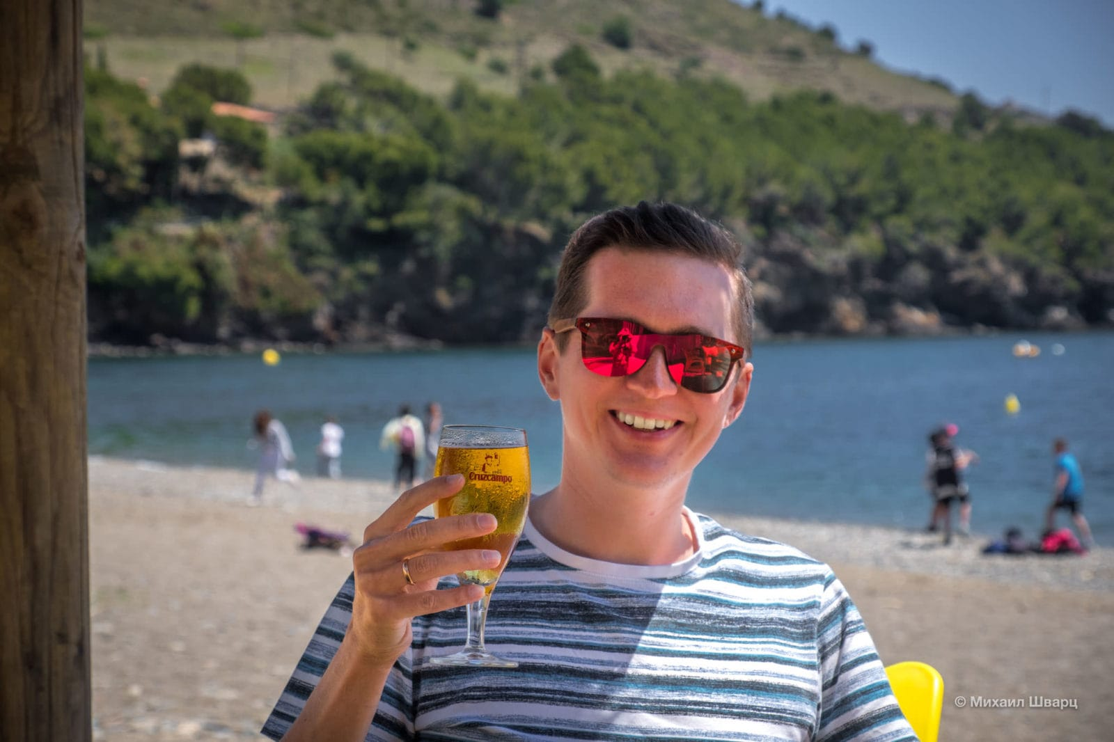 В пляжно баре в бухте Cala Montjoi