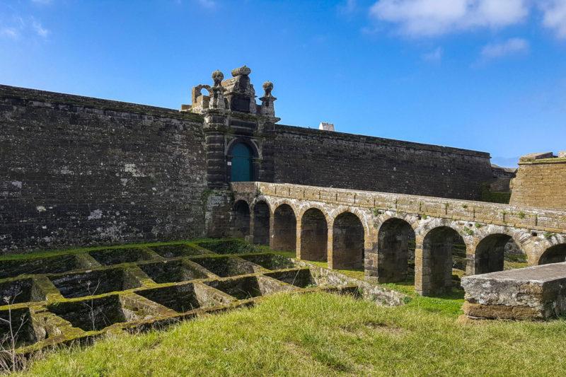 Ворота оружия и волчьи ловушки перед стенами крепости