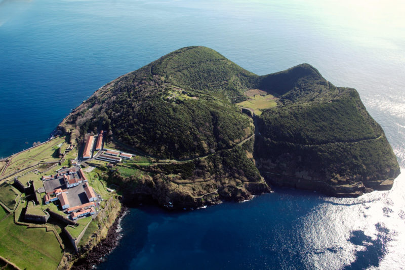 Крепость Сан-Жуан-Батишта и вулкан Монте-Бразил