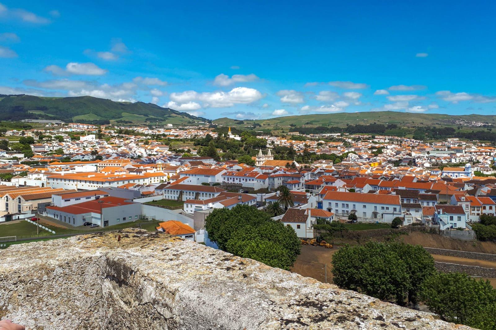 Вид на город Ангра-ду-Эроишму (фото: Anabela Barata)