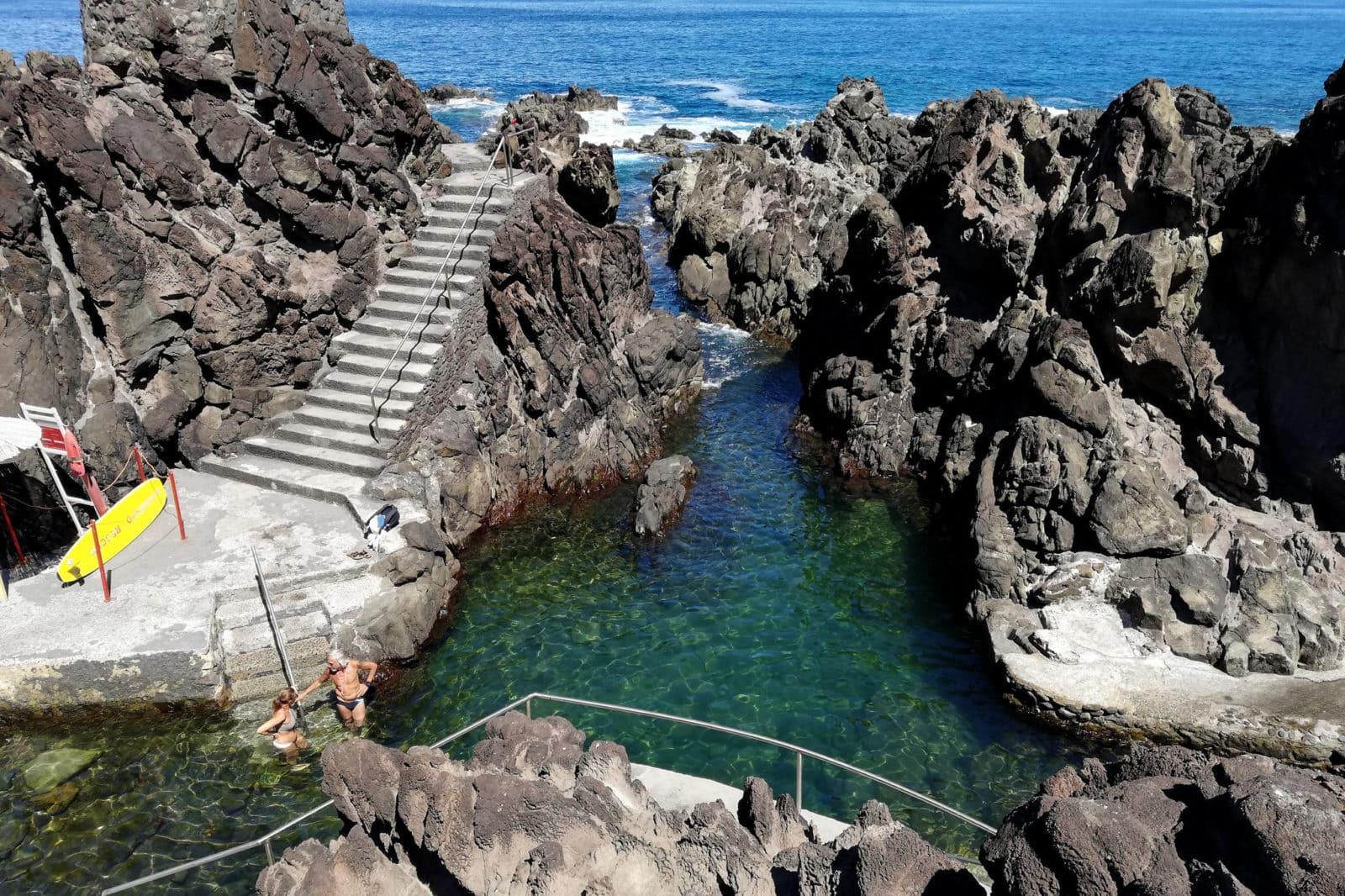 Спуск в воду по лестницам с перилами (фото: Bruno Guerreiro)