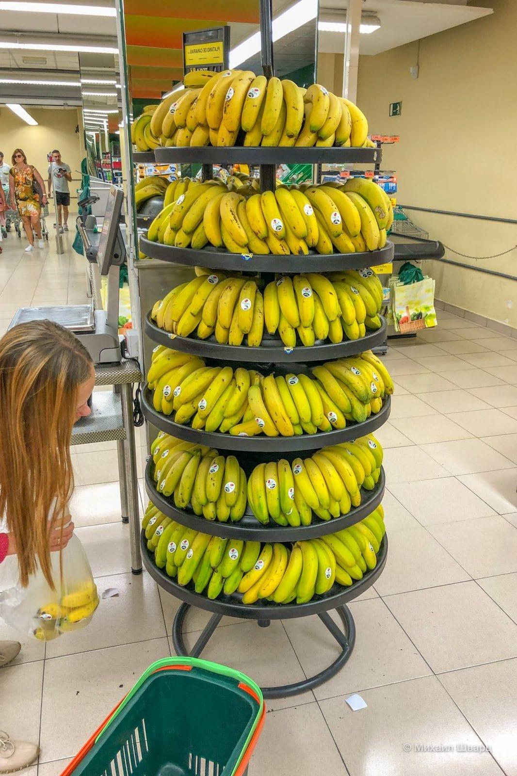 Канарские бананы разложены по спелости