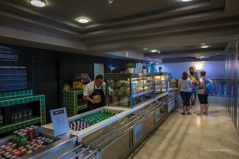 Перекус можно купить в кафе в отеле Parador