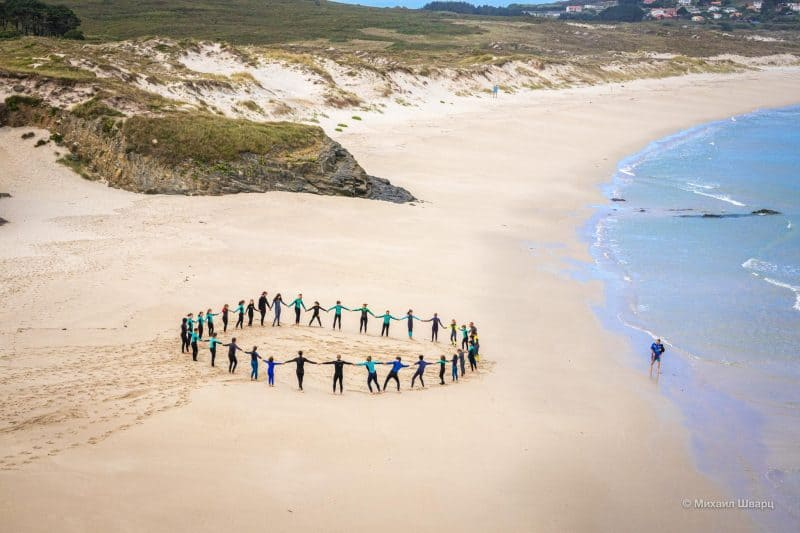 Школьники на пляже Praia de Ermida de Santa Comba