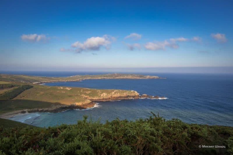 Вид на пляж Praia de Moreira и маяк Faro Touriñan