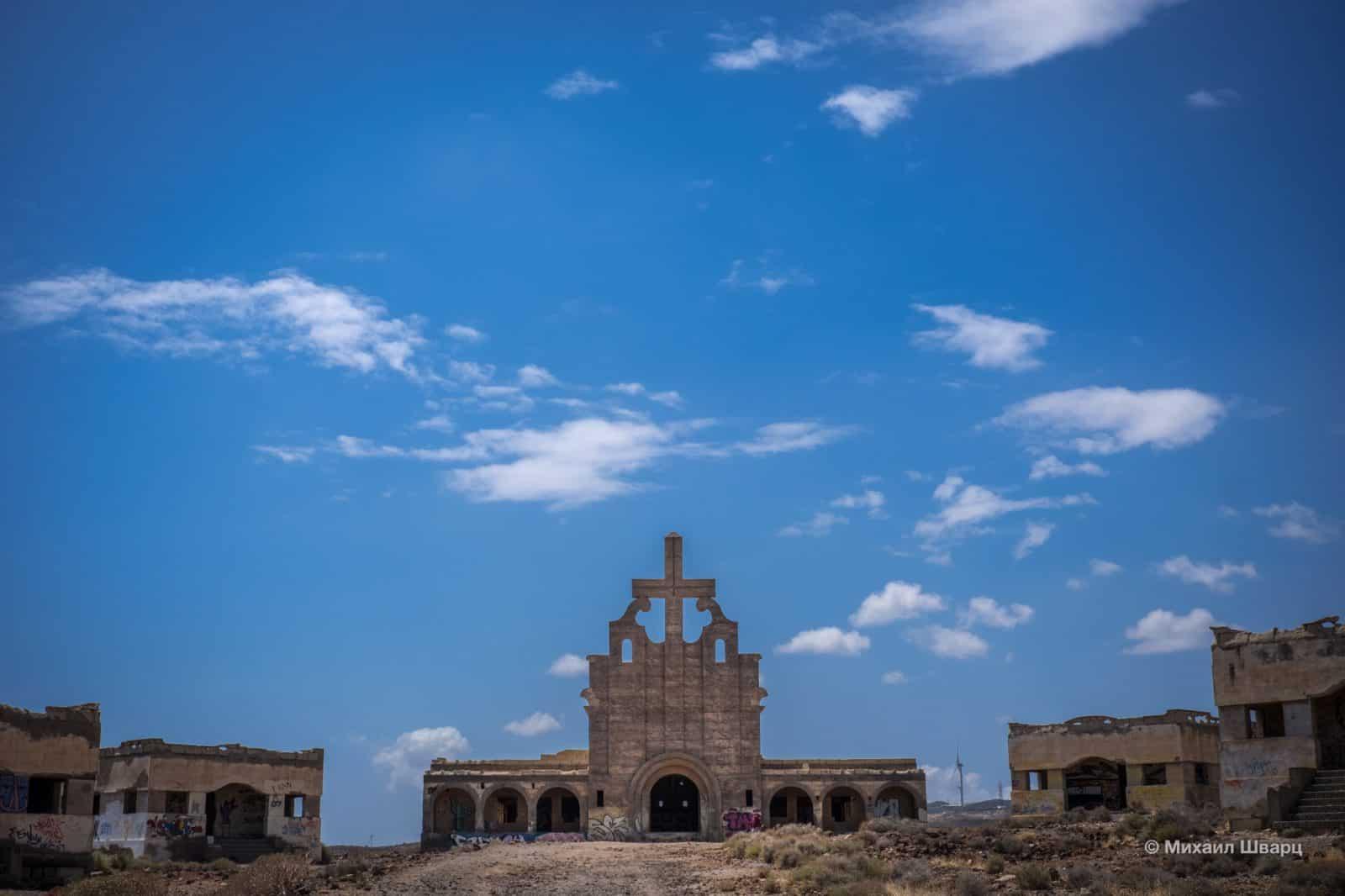 Заброшенный храм с массивным крестом