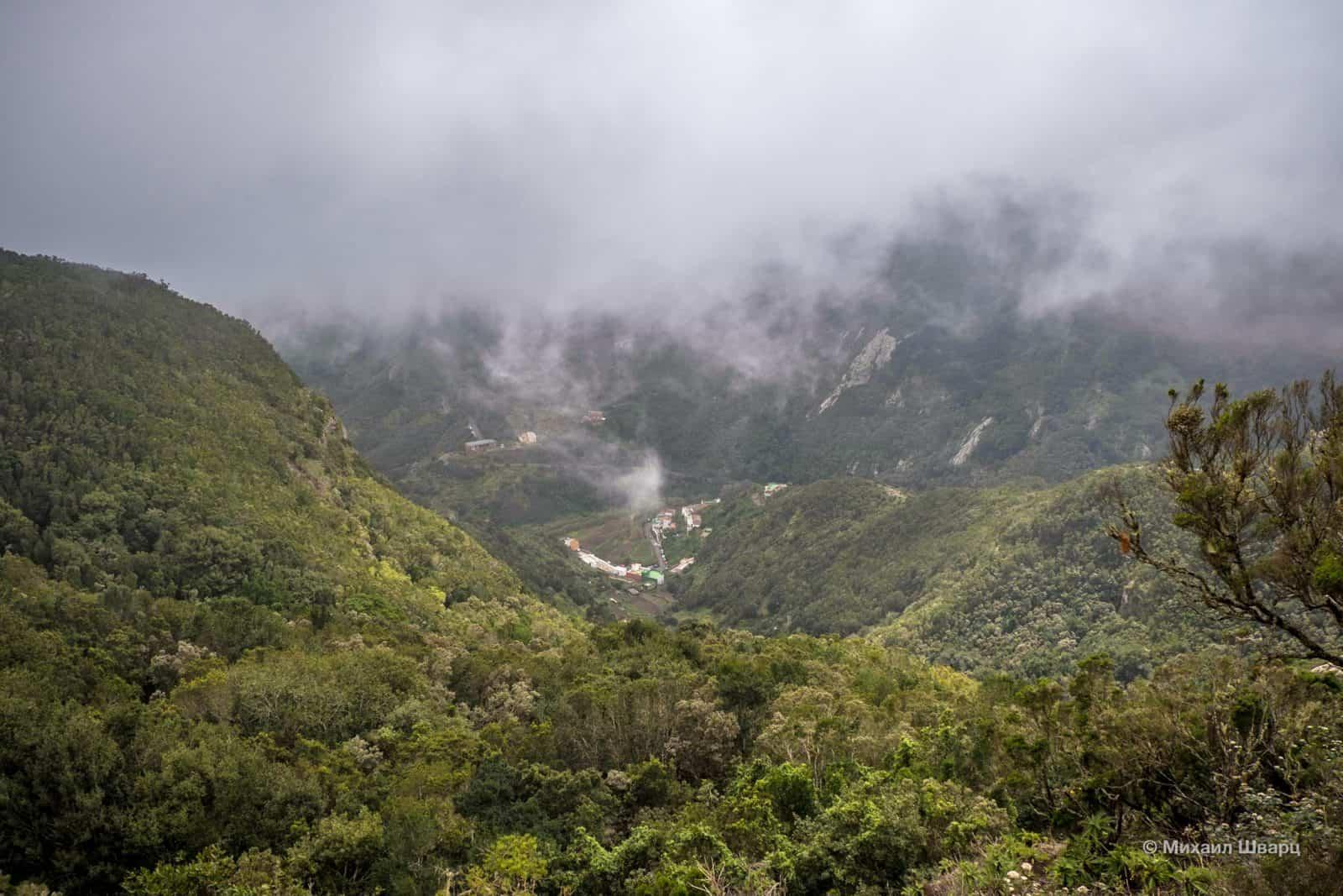 С другой стороны видно деревню Chamorga