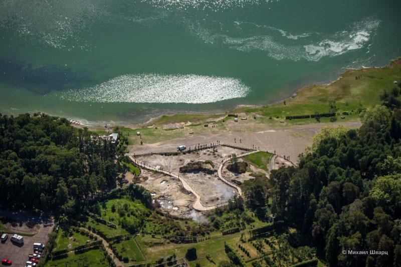 Вид на озеро Фурнаш и гейзерную долину со смотровой площадки Miradouro do Pico do Ferro